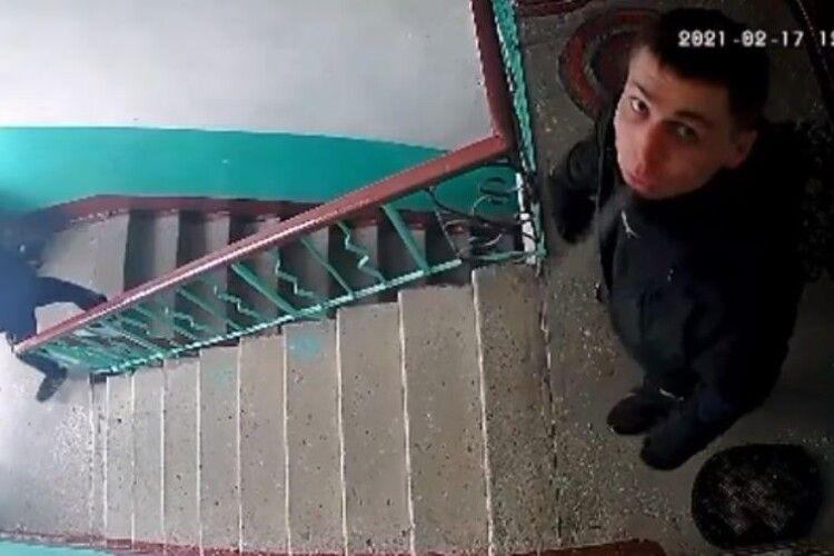 Просять впізнати невідомого, який ходить по під'їздах і перевіряє замки квартир (Фото)
