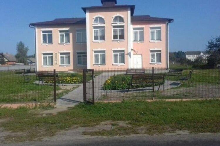 У Любешівському району облаштували площу перед будинку культури