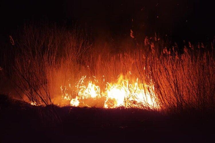 На Камінь-Каширщині уночі замість святкувати Паску, люди кинулися гасити пожежу