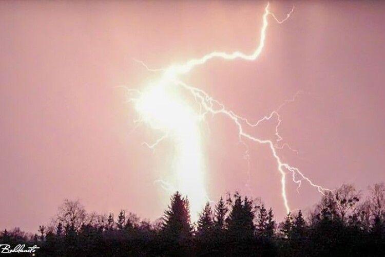 Фотограф з Рівненщини, знімаючи захід сонця, «зловив» у об'єктив неймовірне атмосферне явище (Фото)
