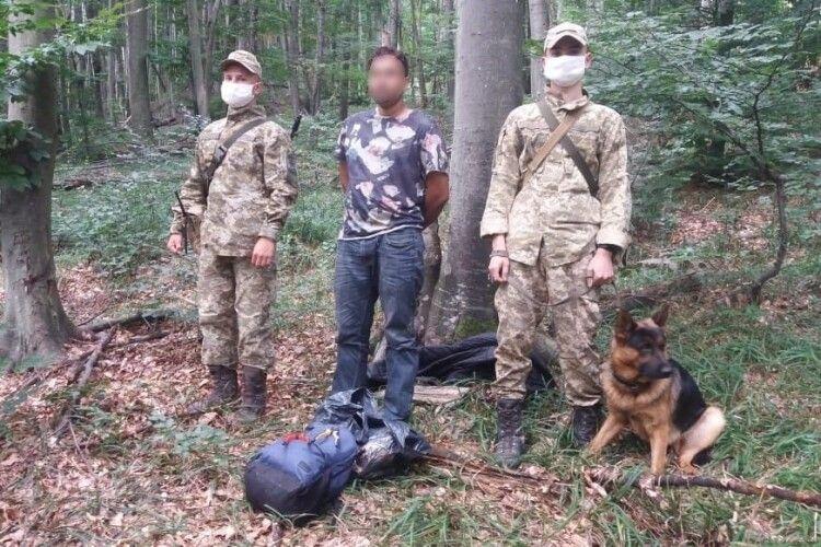 Українські прикордонники спіймали нелегала: іноземець непогано підготувався в пошуках кращого життя