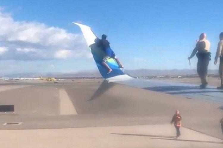 Щоб подорожувати «зайцем» чоловік заліз на крило літака (Відео)