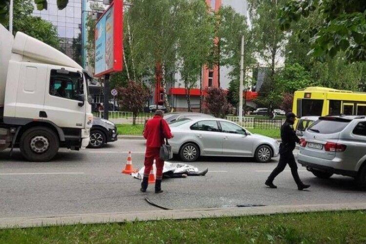 Водій помер за кермом, коли зупинився на світлофорі (Фото)