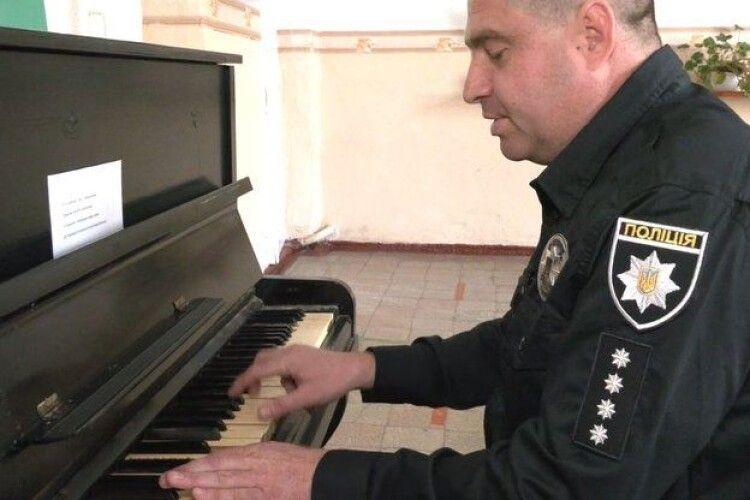 Поліцейський заспівав на дільниці пісню і став знаменитим