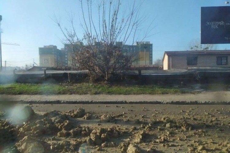У Луцьку вантажівка забруднила глиною дорогу (Фото)