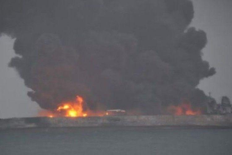 Танкер в Китайському морі продовжує горіти, існує ризик вибуху