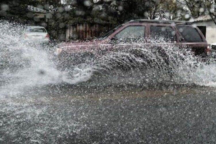 Авто «плавають» у воді: Рівне накрила сильна злива (Відео)