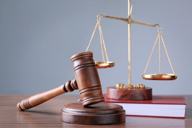 Колишній волинський правоохоронець вимагає в суді 100 тисяч компенсації за звільнення