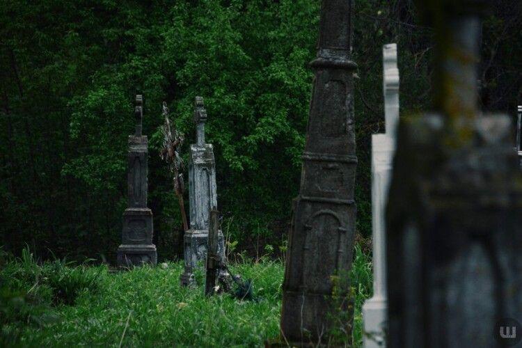 У Польщі українець осквернив могили на цвинтарі (Фото)