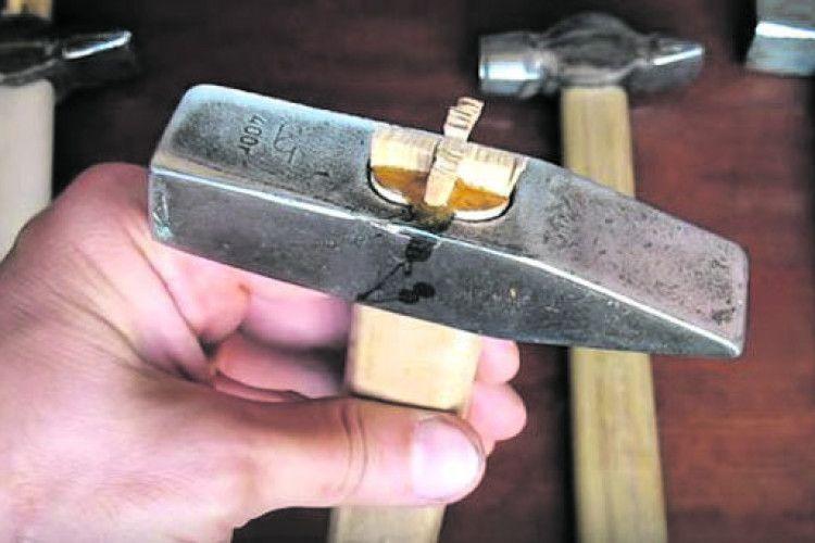 Як правильно насадити молоток на ручку?