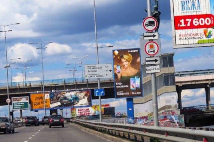 На українських автошляхах може зникнути реклама