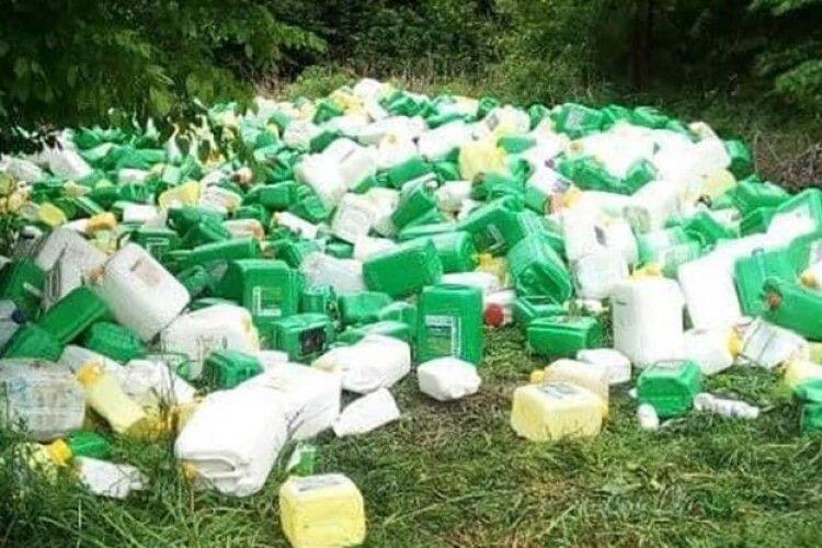 У лісі знайшли сотні каністр з-під агрохімії