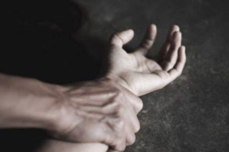 Домовився з батьком: 53-річний чоловік ґвалтував двох неповнолітніх сестер