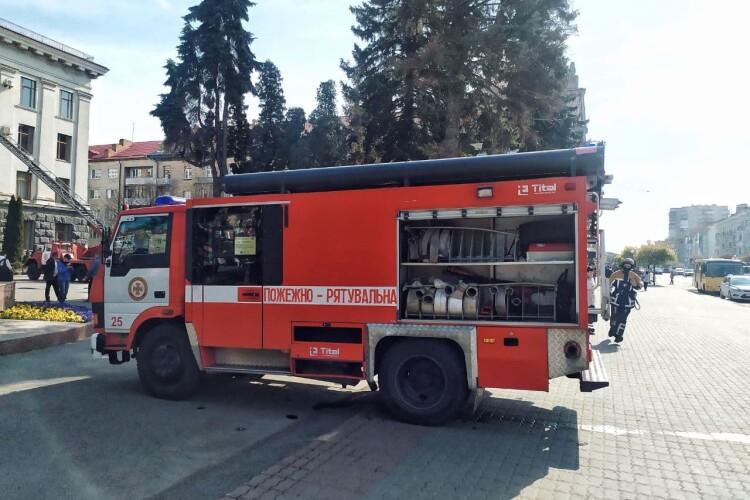 У центрі Луцька працюють п'ять бригад пожежників (Фото, відео)