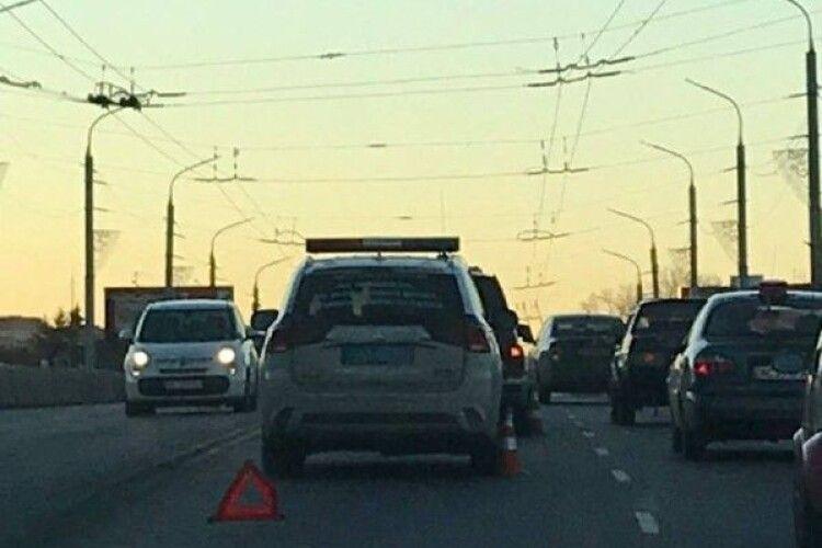 У Луцьку сталася аварія на шляхопроводі: рух – ускладнено (Фото)