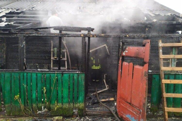 На Волині вогнеборці врятували чоловіка під час пожежі