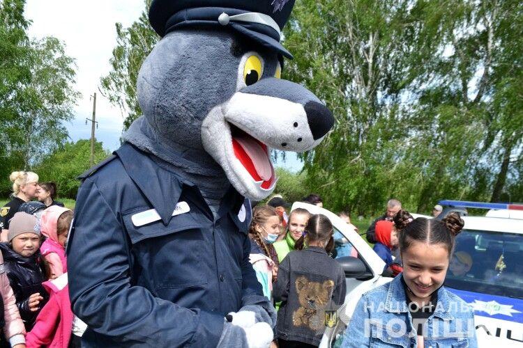 У Котові ліцеїстів розважав рядовий поліції Вовчик (Відео, фото)