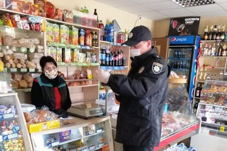 У Ківерцях роз'яснювальну роботу про фасування продуктів під час карантину проводить дільничний офіцер