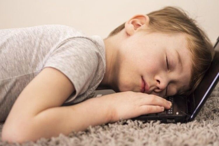 Піднята по тривозі поліція знайшла зниклого трирічного хлопчика: дитина просто втомилася і заснула у шафі в батьківському домі