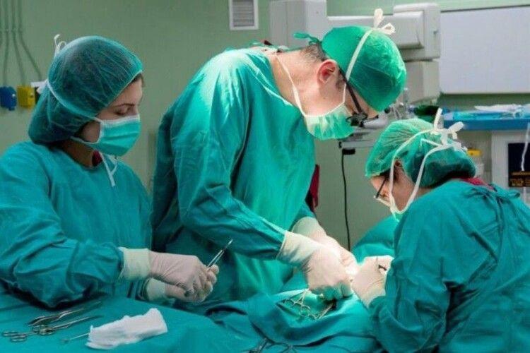 У Луцьку лікарі вперше успішно пришили палець