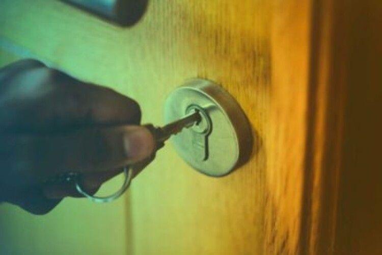 Підслизнувся, коли відкривав двері: чоловік випадково повісився на шнурку від ключів