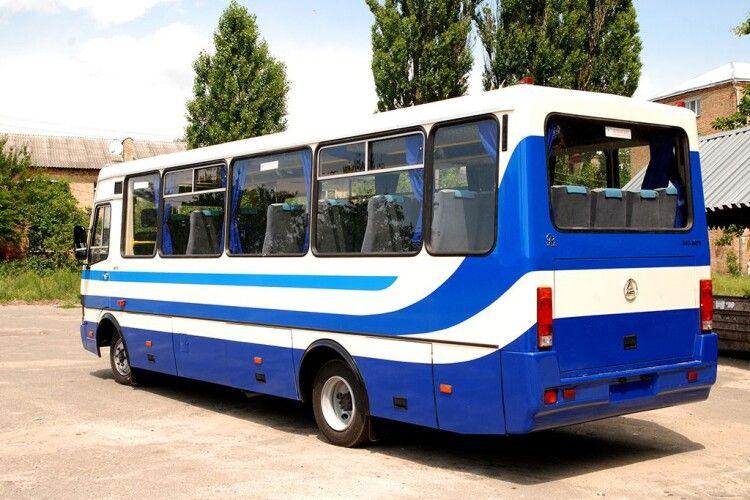 Водій автобуса навмисне прищемив жінці голову дверима (Фото)