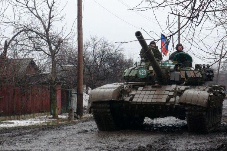 У зоні АТО гаряче – окупанти луплять з танків