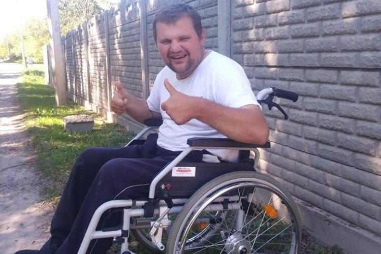 Волинянин шукає і безплатно роздає інвалідні візки потребуючим (Фото)