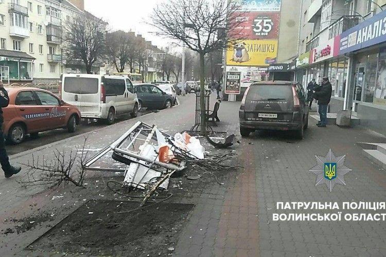П'яний водій у Луцьку вилетів на тротуар і зніс рекламного щита (Фото)