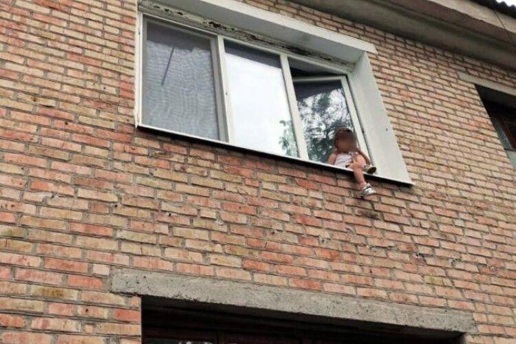 Поки батьків не було вдома, 5-річна дівчинка сиділа на підвіконні багатоповерхівки
