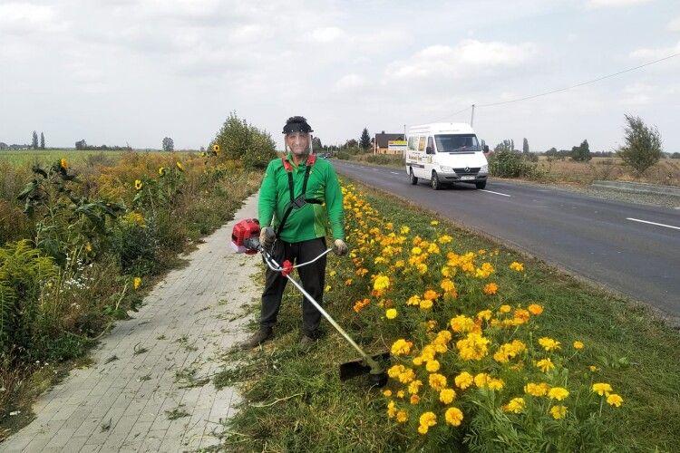 Відомого волинянина, який садить на дорогах квіти, збив мотоцикл