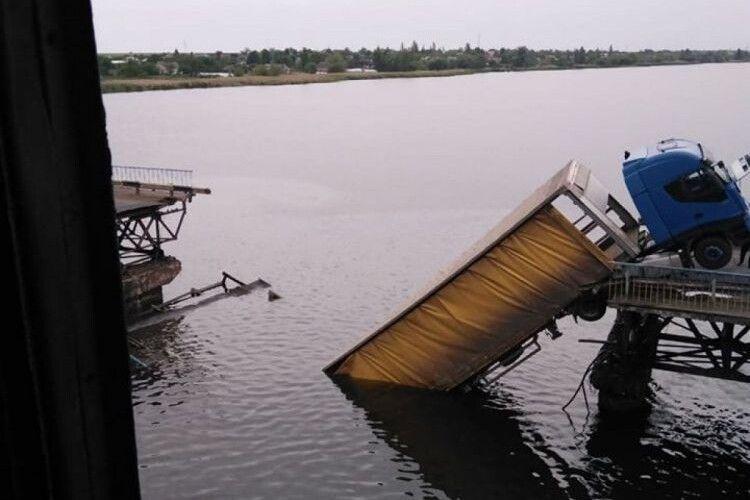 Обвалився міст і вантажівка зависла над водою