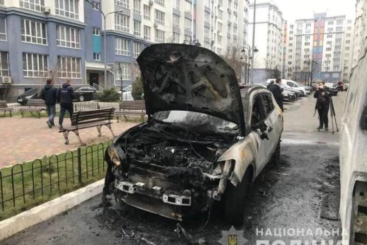 Молодик через ревнощі підпалив автівку залицяльника своєї подруги (Фото)