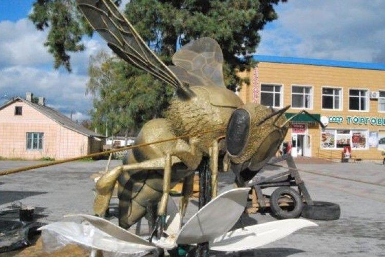 На Покрову у Маневичах відкриють пам'ятник бджолі
