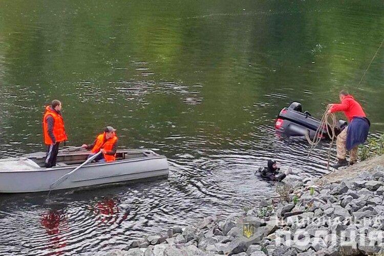 LADA Priora скотилася в річку: троє з чотирьох чоловіків, які були в автівці, загинули (Фото)