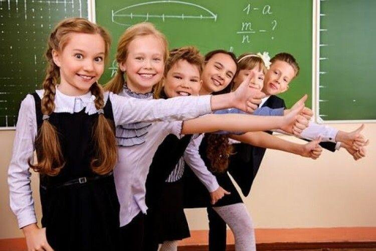 У школах можуть продовжити навчальний рік, скоротивши літні канікули: від чого залежить і чому батьки проти