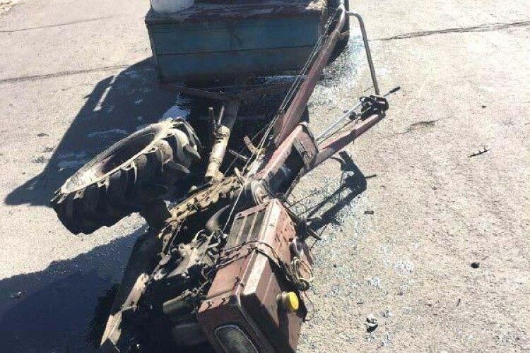 На Рівненщині лихач на «Volkswagen Caddy» травмував літнього водія мотоблока (фото)