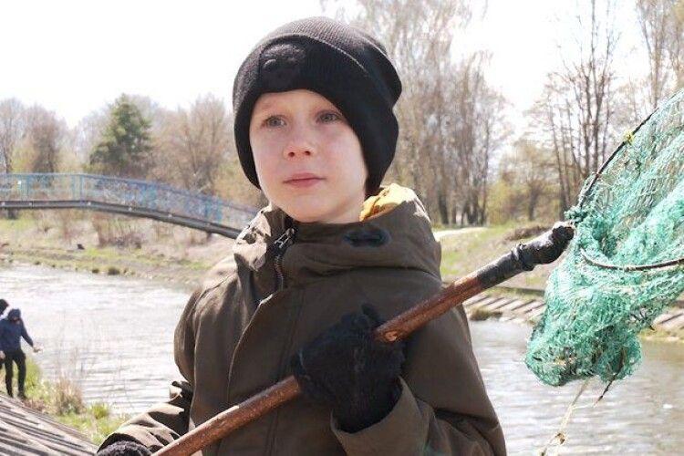 У Рівному семирічний хлопець організував толоку перед Великоднем
