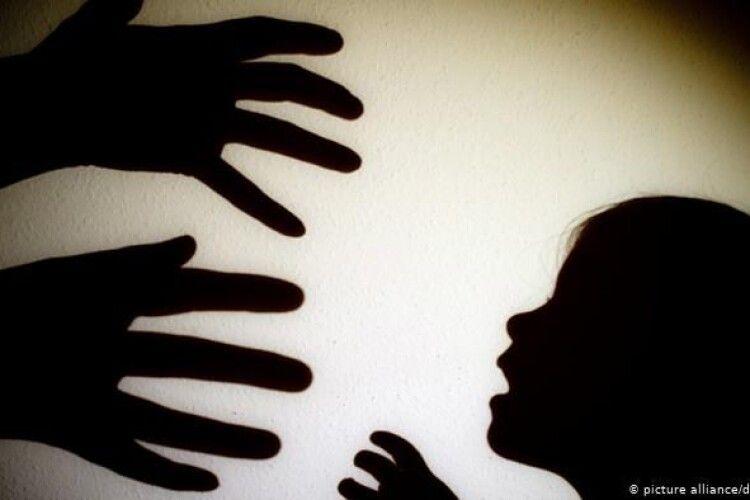 «Дівчинка одразу кинулася до мами»: у лікарні педофіл змусив дитину роздягнутися