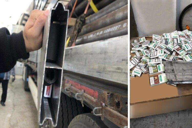 Алюмінієві борти, знешумлені тютюном: із схованок митники дістали понад 1400 пачок цигарок (Фото, відео)
