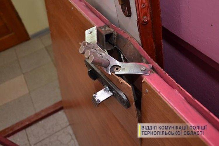 Тернополянка упіймала злодія, який заліз у сусідську квартиру