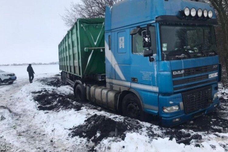 Ой снігу-снігу білого насипала зима: у Нововолинську рятувальники витягали фуру (Відео)