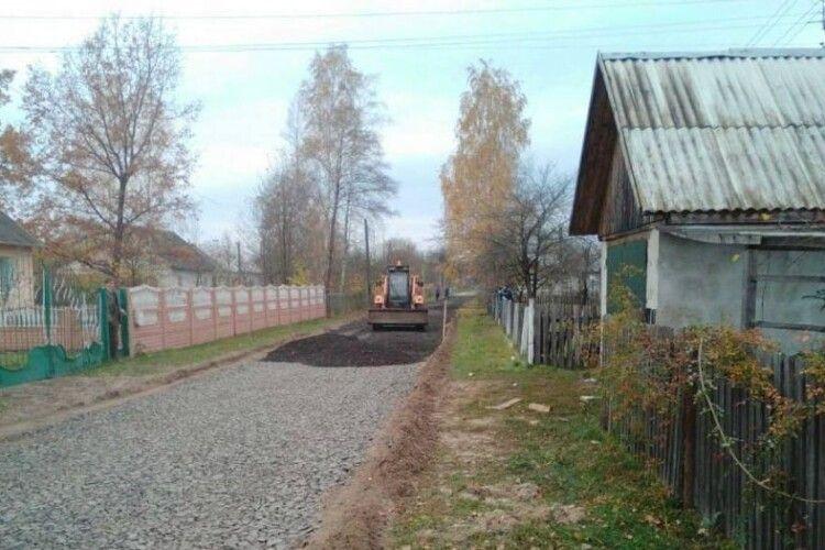 У любешівському селі роблять дорогу