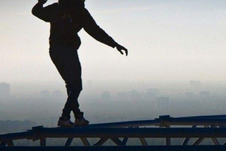 Чоловік стрибнув з мосту та потрапив під колеса вантажівки