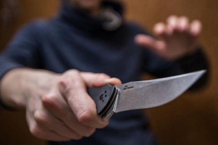 Грабіжник у Рівному поранив ножем у шию працівницю кредитної спілки