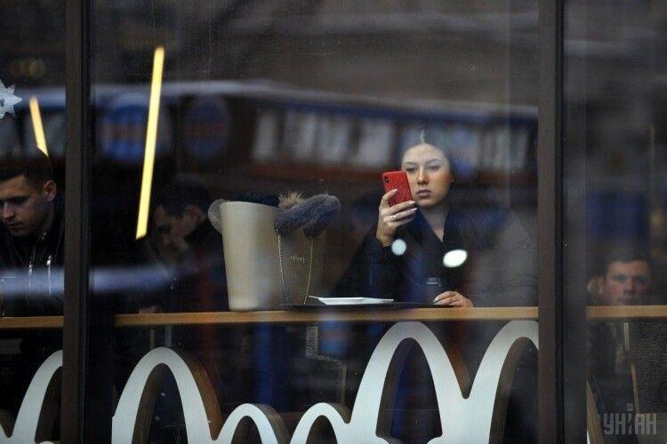 Швейцарець за чотири дні заробляє на iPhone 12 Pro – українцю треба «ішачити» чотири місяці