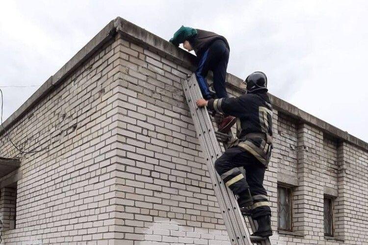 Бійцям ДСНС довелося рятувати 13-річного парубка: видерся на дах, а злізти – боявся