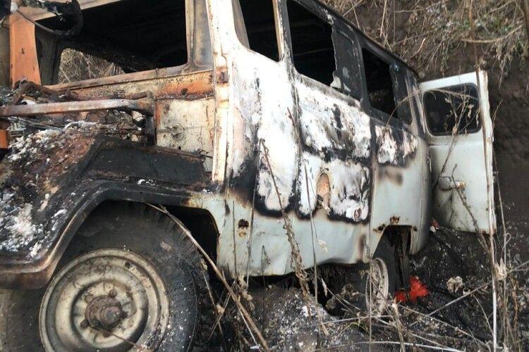 В Україну з Росії намагались ввезти контрабандою ікру: машина впала в рів і згоріла (Відео)