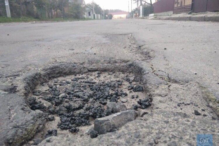 У місті на Волині водії самотужки взялися за ямковий ремонт на дорозі (Фото)