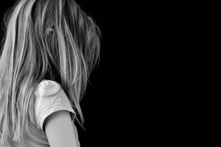 Під Житомиром хрещений ґвалтував дівчинку, а батьки про все знали і мовчали